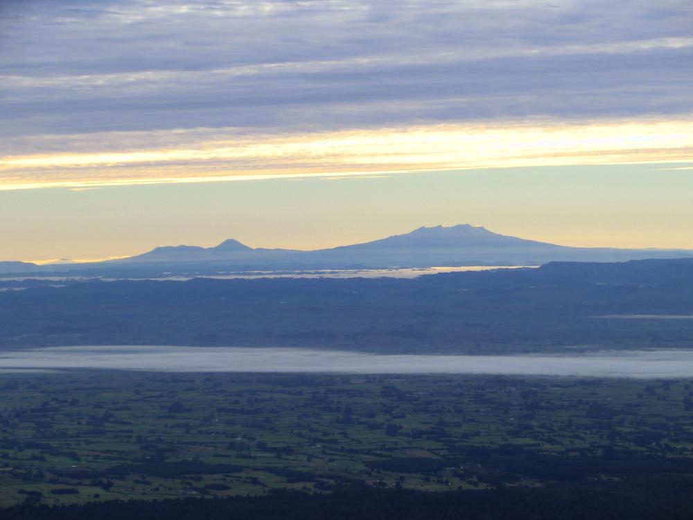 Blick vom Mount Taranaki auf die Vulkane des Tongariro National Parks (Mount Tongariro, Mount Ngauruhoe und Mount Ruapehu)